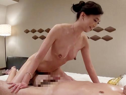 【美熟女デリヘル嬢】「うふふ♡どうですか♡」スレンダー美乳おっぱいの美魔女おばさん!オイル素股からの挿入で膣内射精!