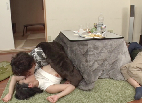 【コタツNTR】「んん♡早く入れて♡」酔いつぶれた男友達の彼女を奪うwニーハイでムチムチ巨乳おっぱいギャルの裏切りSEX