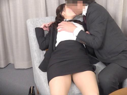 【美人OL】「あぁっ♡感じるぅ♡」奥手素人男子が気になってるスレンダー美乳おっぱいの同僚との縁結びの手伝いして膣内射精