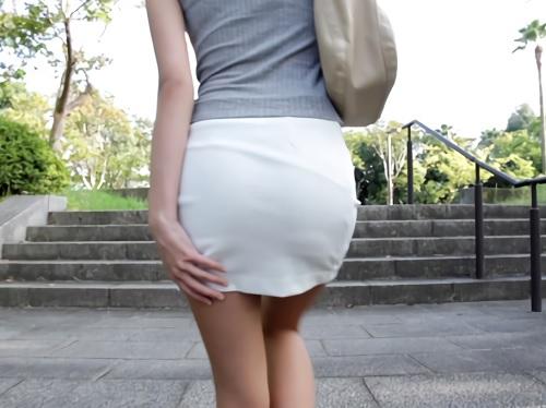 《ガリ巨乳おっぱい》『興奮します♡』野外露出で羞恥する美女!!超乳・美脚・タイトスカート・スレンダーお姉さんをハメ撮りw