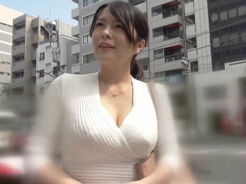 人妻ナンパ「中はダメよぉ♡」美人で超乳・巨乳おっぱいの激エロ素人熟女の家にお邪魔し、オモチャ見せつけ膣内射精セックスw