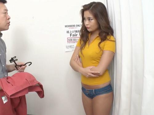 【ショップ店員】「チンポはデカいじゃんw」バカにしてくるムチムチ巨乳おっぱいギャルに巨根見せつけたら試着室で膣内射精!