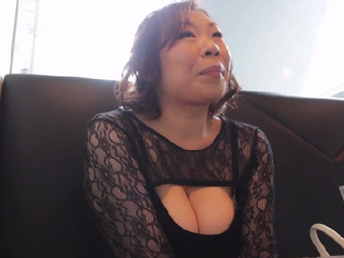 【三十路・人妻熟女】「ハメてほしぃぃ♡♡」巨乳おっぱいの大阪ブスおばさん!谷間がっつりの服で会いに来てSEXしたがるw